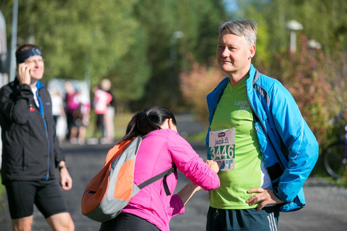 juoksijanumeron kiinnitys finlandia maraton